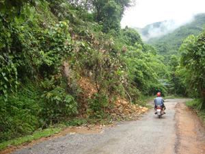 Đường tỉnh lộ 433 địa bàn xã Tân Pheo (Đà Bắc) bị bão số 6 làm sạt lở cục bộ ở một số điểm gây khó khăn, cản trở giao thông.